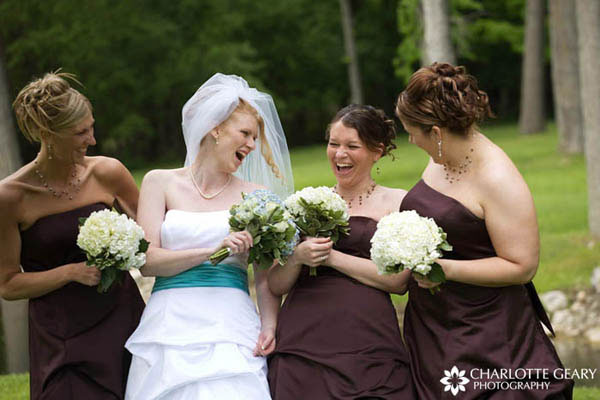 These bridesmaids wore brown dresses, and the bride wore a turquoise blue sash on her gown.