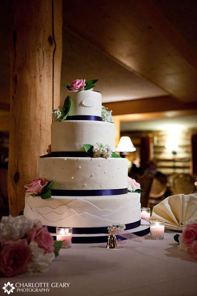 Round wedding cake with mountain theme