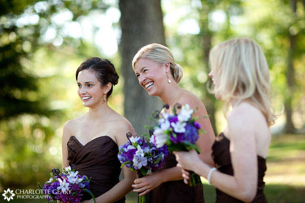 Bridesmaids with brown dresses and purple flowers